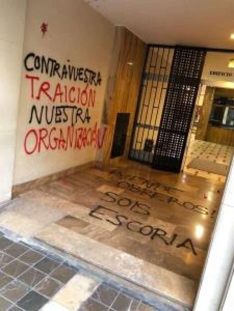Varios dirigentes socialistas han colgado imágenes con las pintadas en sus perfiles sociales para denunciar los hechos. EFE
