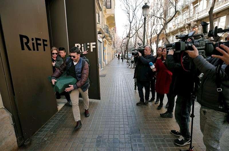 Dos inspectores de la consellería de Sanidad abandonan el restaurante RiFF de València. EFE/Bruque/Archivo