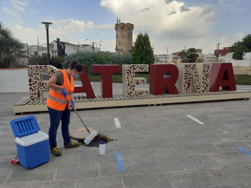 Una operaria toma muestras de aguas residuales de Paterna.