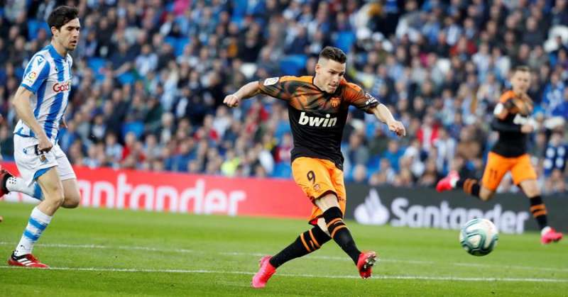 El delantero francés del Valencia CF Kevin Gameiro dispara a portería durante un partido. EFE/Juan Herrero/Archivo