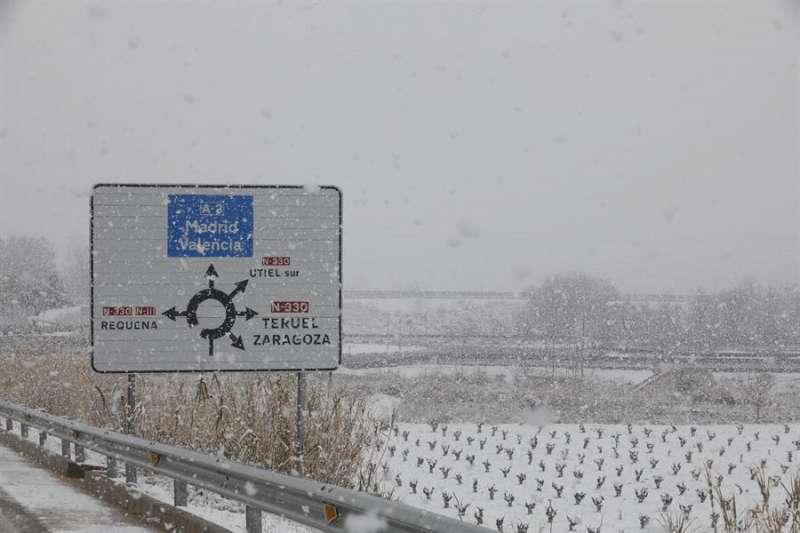 Imagen de archivo de campos cercanos a la localidad de Utiel cubiertos por la nieve. EFE
