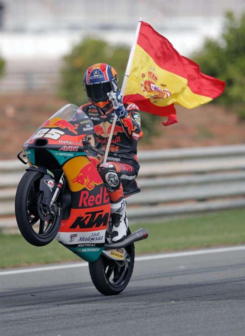 El piloto español de Moto 3, Raul Fernandez (Red Bull KTM) tras ganar la carrera en el circuito Ricardo Tormo de Cheste (Valencia) donde se disputa el Gran Premio de Europa de motociclismo. EFE