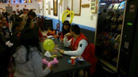 Voluntarios de Cruz Roja en Mislata con el reparto de juguetes. EPDA