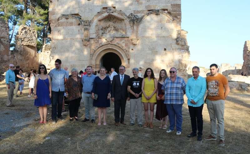 Autoridades frente a la iglesia mayor de la cartuja
