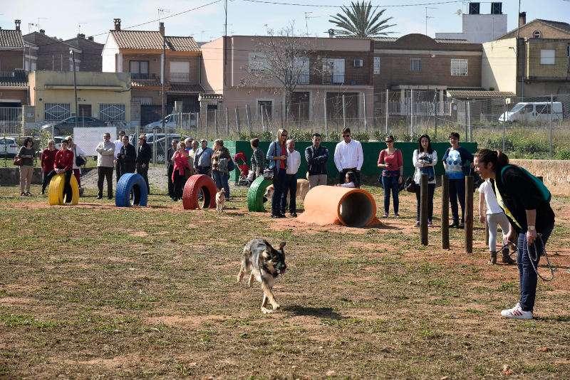Autoridades municipales y usuarios en la nueva zona canina de Torrent. EPDA