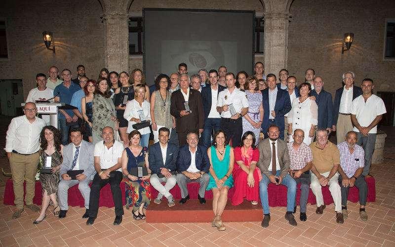 Foto de familia de premiados y autoridades en los III Premios EPDA l