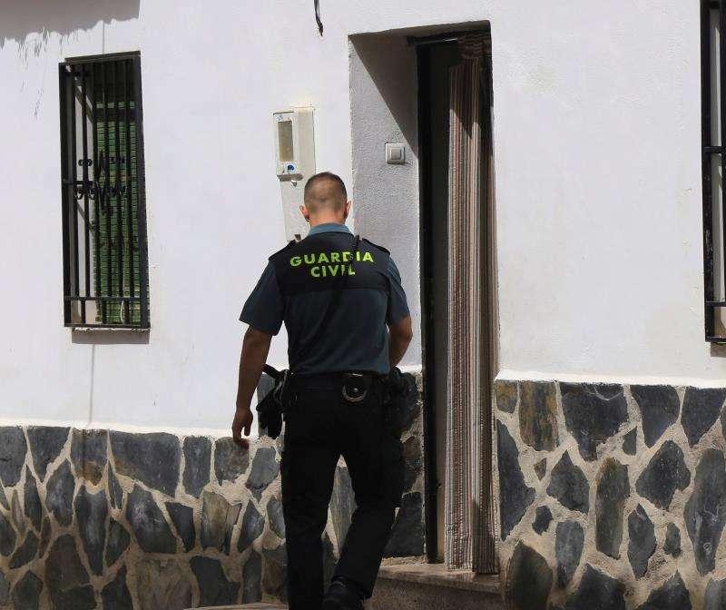 Un guardia civil durante una operación. EFE/Archivo