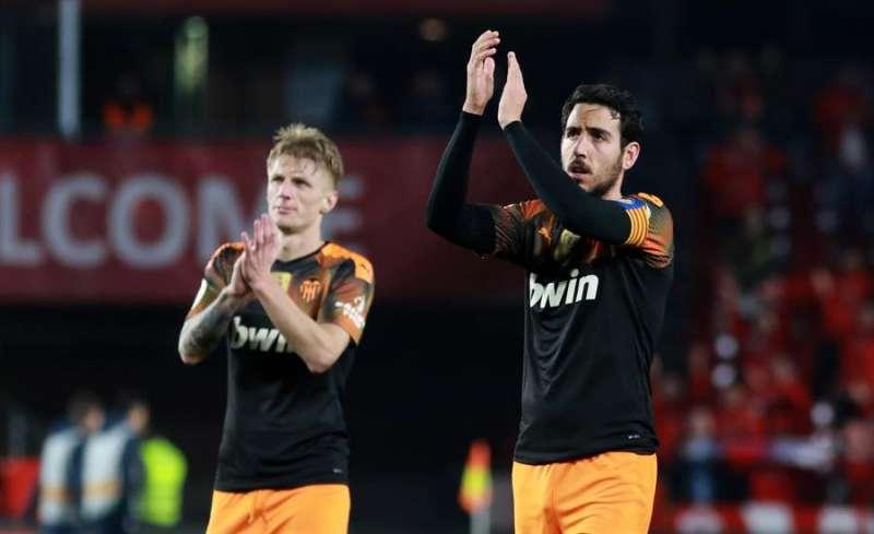 Los jugadores del Valencia Dani Parejo (d) y Daniel Wass saludan a los aficionados valencianistas a la finalización de un encuentro. EFE