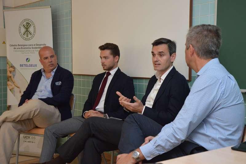 El CEO de Olviares Consultores, Mario Olivares, durante la charla en la UCV. EPDA