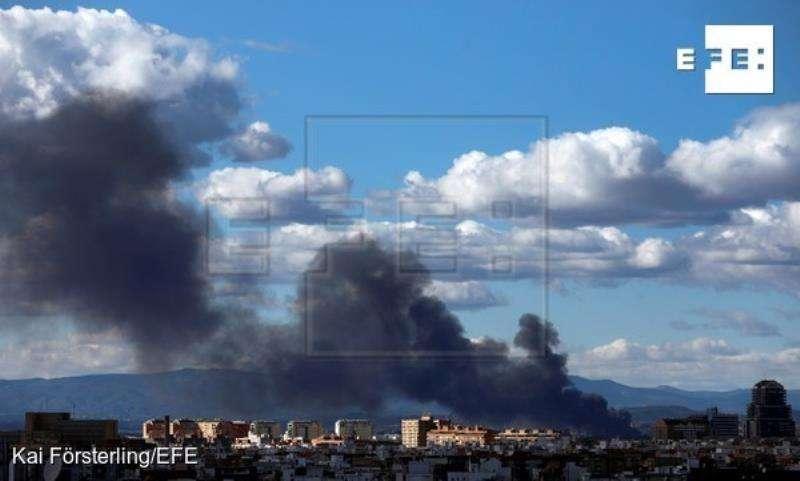 Vista general de la columna de humo del incendio declarado en una nave del polígono industrial La Cova de Manises, en una imagen de este lunes. EFE/Archivo