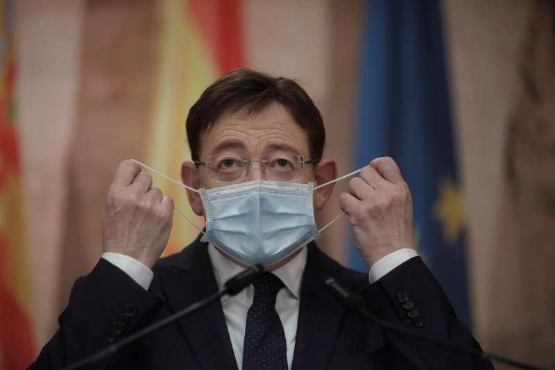 El president de la Generalitat, Ximo Puig, se coloca una mascarilla.
