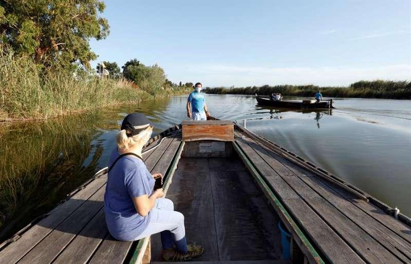En la imagen, Manolo, barquero de El Palmar, se queja de los pocos turistas que contratan paseos por la Albufera. EFE/ Juan Carlos Cárdenas