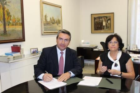 El diputado de Turismo, Sanjuán y la alcaldesa de Alpuente, Rodríguez. FOTO: DIVAL