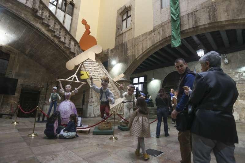 El Palau de la Generalitat acoge una falla.