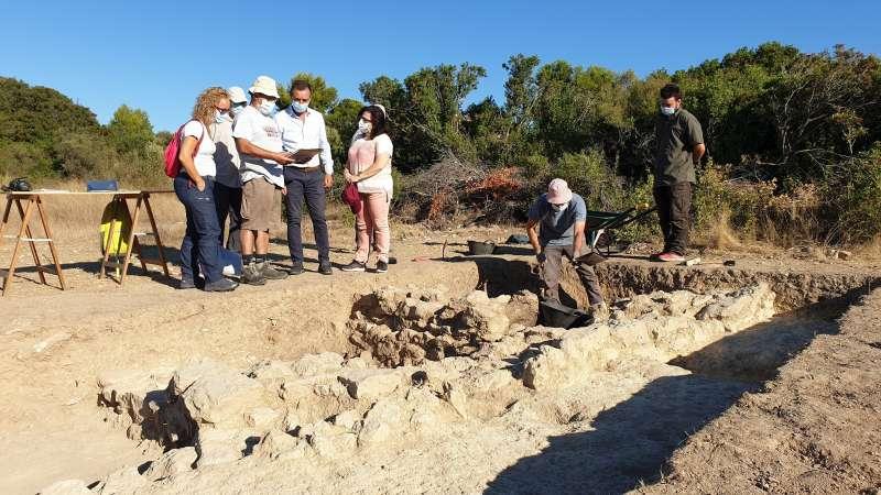 Los técnicos muestran cómo van los trabajos arqueológicos. / EPDA