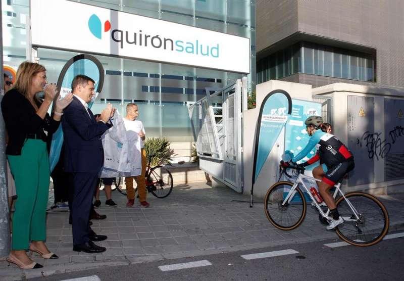 Llegada de los componentes de la expedición al Hospital Quirón de Alicante. EFE/MORELL
