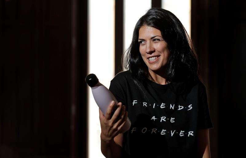 La síndica de Unides Podem en Les Corts, Naiara Davó, durante la entrevista. EFE