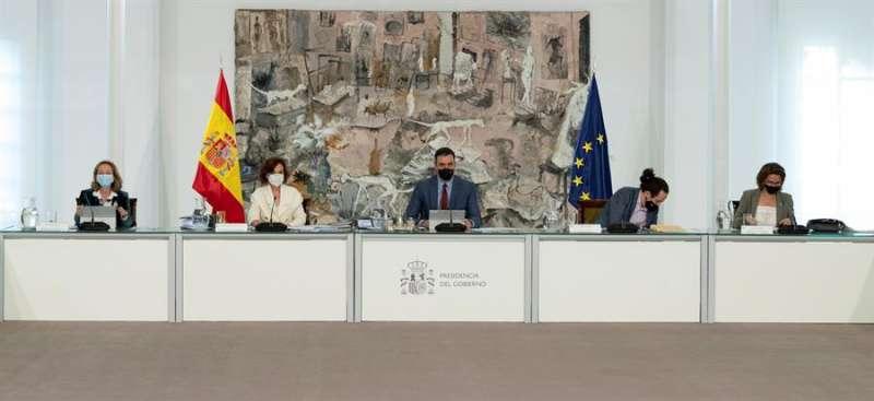 El jefe del Ejecutivo, Pedro Sánchez, acompañado de las vicepresidentas Nadia Calviño, Carmen Calvo, Teresa Ribera, y Pablo Iglesias, durante la reunión del Consejo de Ministros.