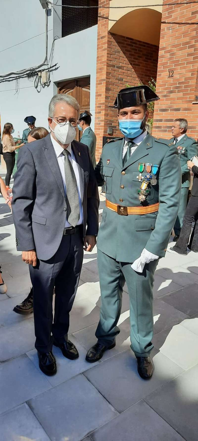 La Guardia Civil de Alfafar-Catarroja condecora al alcalde de Albal en el Día de su Patrona.