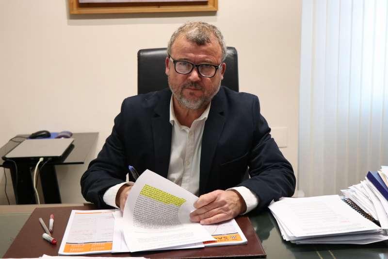 El alcalde de Sagunto, Quico Fernández, firmando el documento