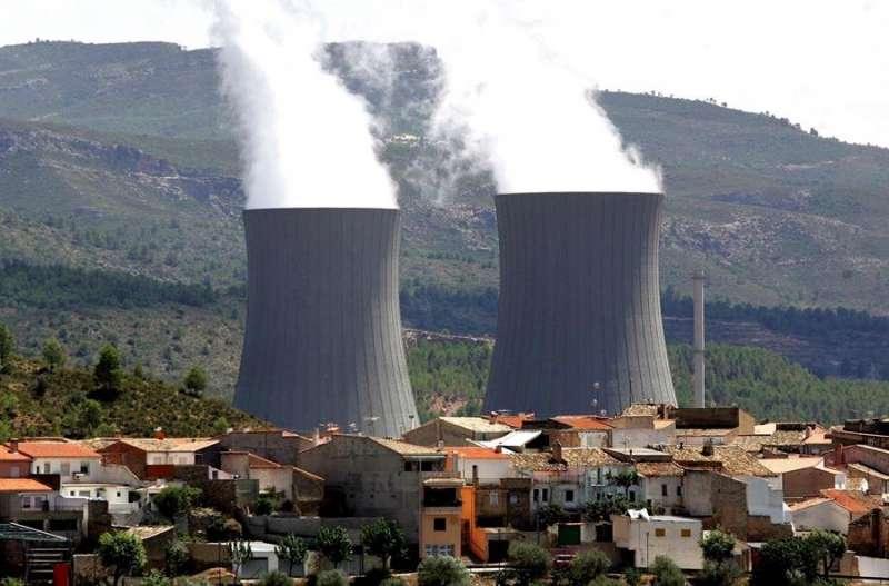 Las torres de refrigeración de la central nuclear de Cofrentes. EFE