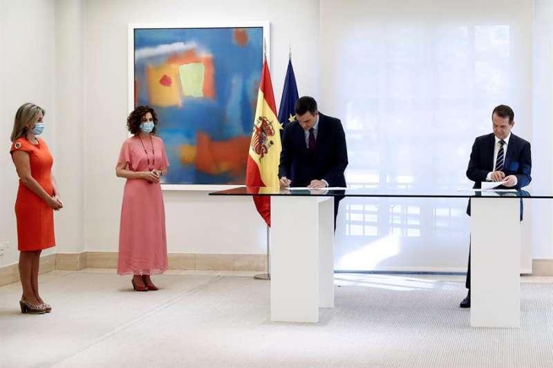 El presidente del Gobierno, Pedro Sánchez (3i), y el presidente de la  Federación de Municipios y Provincias (FEMP) y alcalde socialista, Abel Caballero), durante la firma del acuerdo. EFE