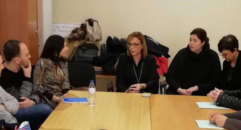 La presidenta de la Mancomunidad reunida con los usuarios del Programa de Salud Mental. /EPDA