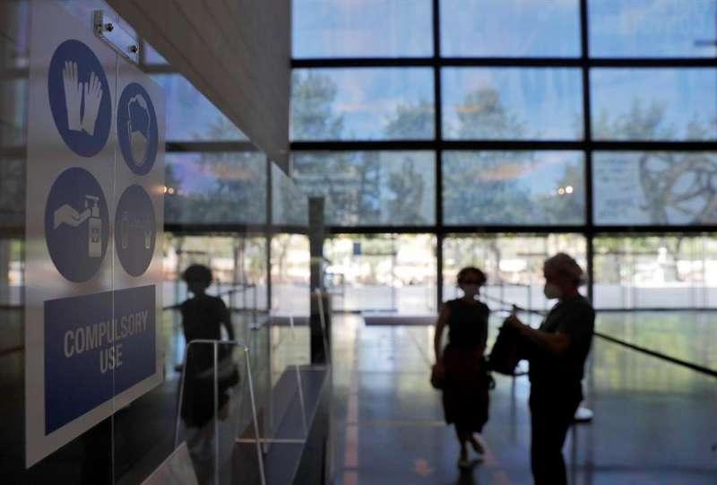 Dos personas entran en el Instituto Valenciano de Arte Moderno (IVAM), en una imagen reciente. EFE/Manuel Bruque