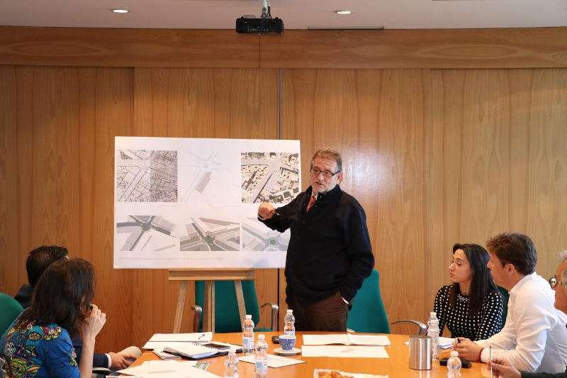 Jesús Ros, alcalde de Torrent, explica a la prensa el proyecto. EPDA