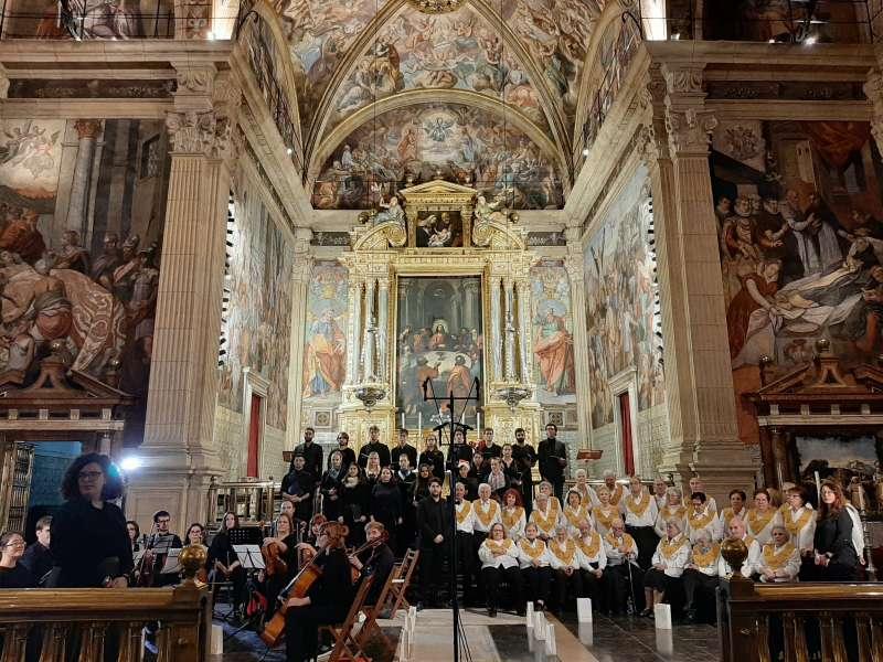 El coro Les Veus de la Memòria emocionó ayer al público en el Concierto de Navidad que ofreció junto con el Berklee Valencia Choir y More than Music Orquestra. -EPDA