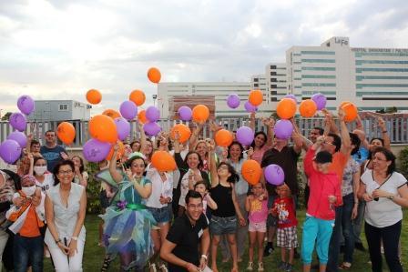 Suelta de globos de miembros de la Casa Ronald McDonald de Valencia, en las nuevas instalaciones del Hospital La Fe.