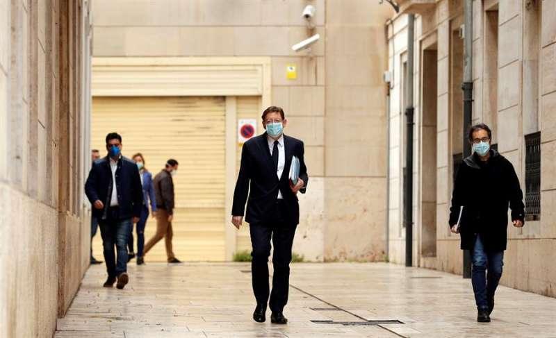 El president de la Generalitat, Ximo Puig, con mascarilla, acude a Les Corts. EFE/Juan Carlos Cárdenas/Archivo