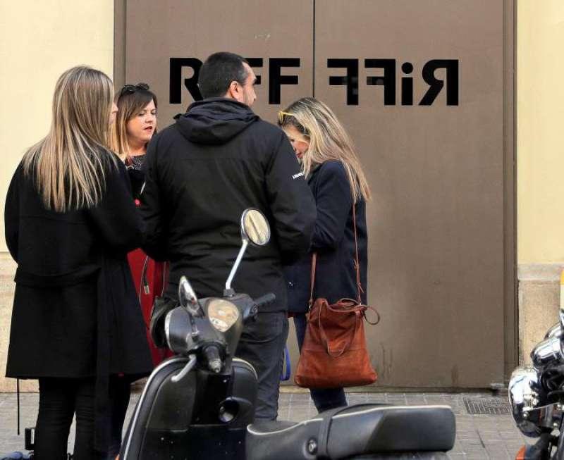 Varios periodistas a las puertas del restaurante RiFF de València. EFE/Archivo