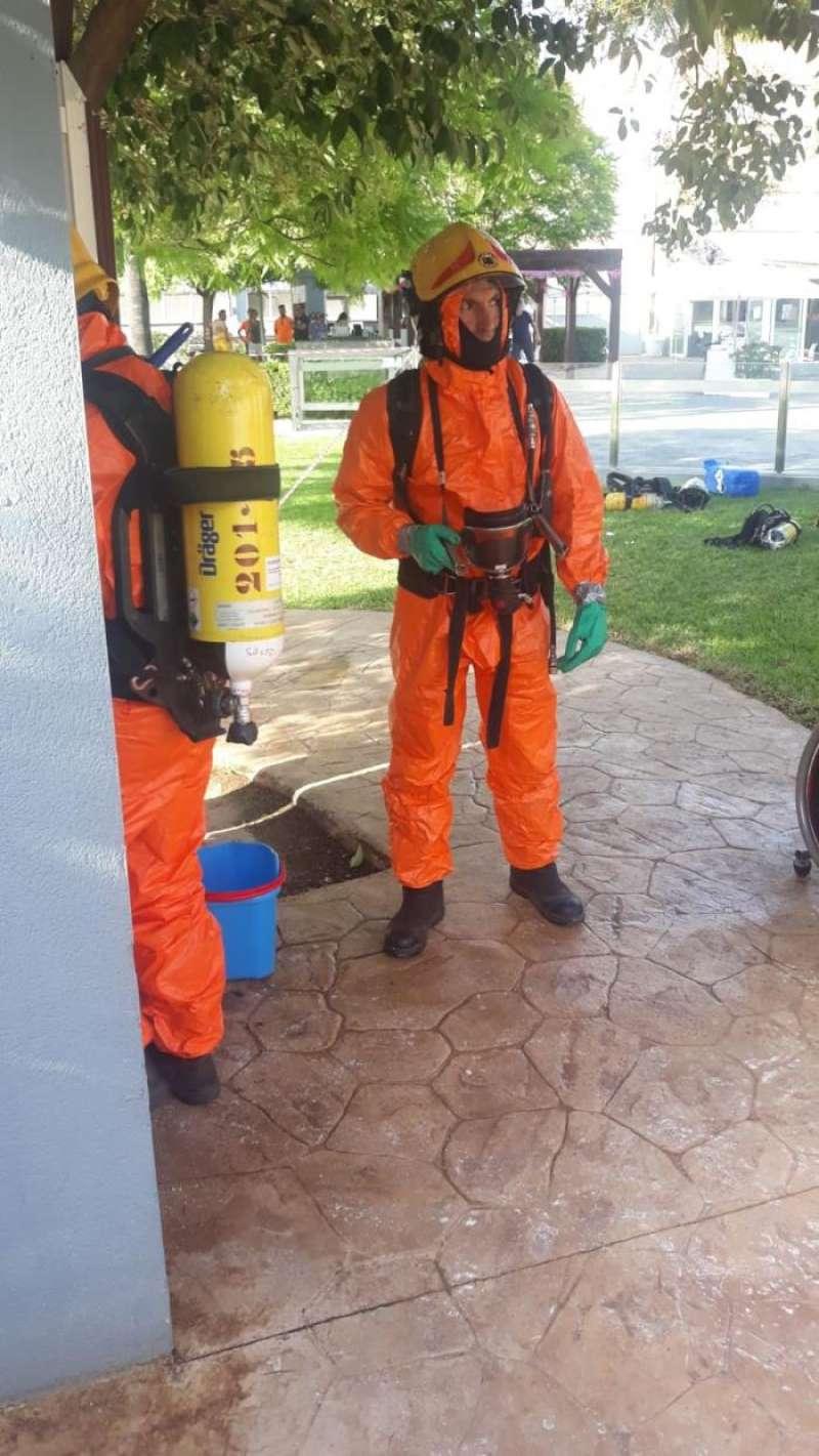 Varios bomberos actuando en la piscina de Quart de Poblet. EFE