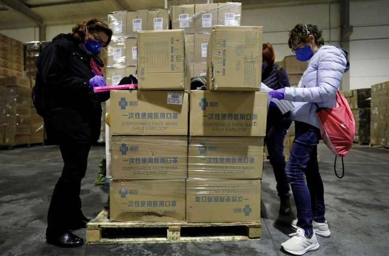 Más de 15 toneladas de materia sanitario (3.800.000 mascarillas, 5.000 monos de protección y 200.000 guantes) llegaron anoche procedente de China a la Comunidad Valenciana. EFE/Juan Carlos Cárdenas