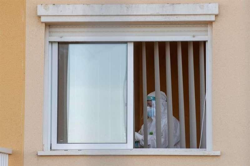 Una trabajadora en una habitación de una residencia de mayores. EFE/Marcial Guillén/Archivo
