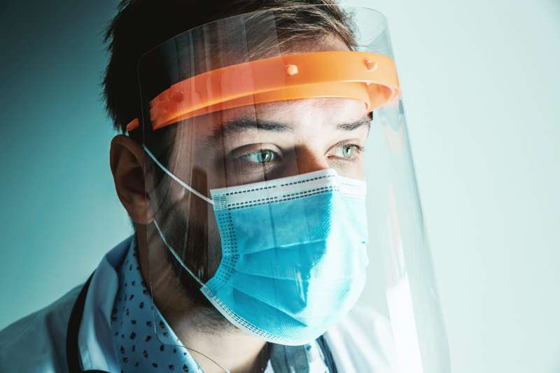 Doctor con protección para evitar contagios por covid / EPDA