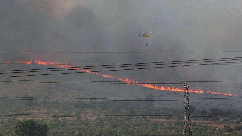 Un helicóptero trabaja en el incendio forestal