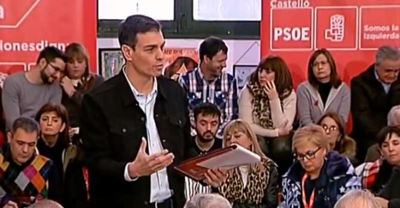 Pedro Sánchez respondiendo a las preguntas en la Asamblea Abierta de Castelló. EPDA