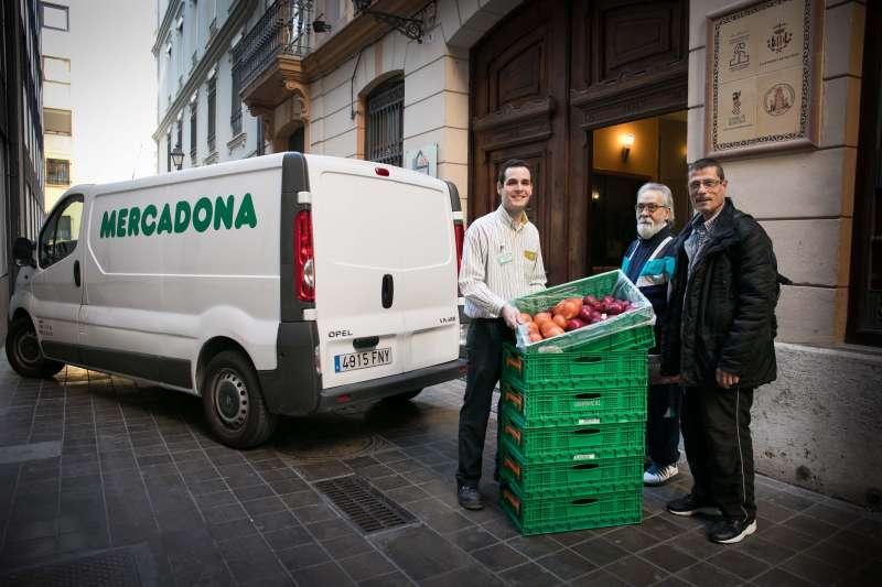 Durante la entrega de alimentos de Mercadona y Casal de la Pau.