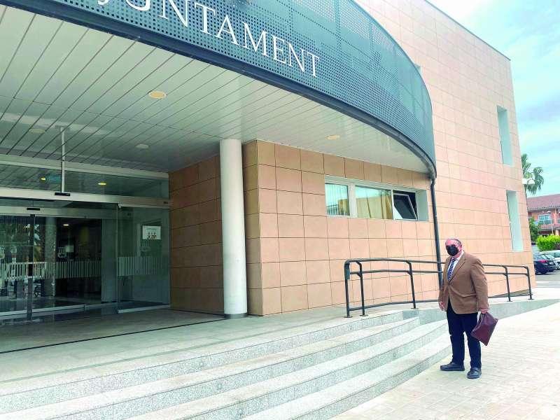 Jos� Antonio Sancho Sempere, frente al ayuntamiento de Canet. EPDA