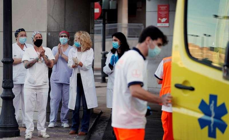 Personal sanitario del Hospital Clínico aplaude como cada tarde a las 20 horas durante el estado de alarma. EFE