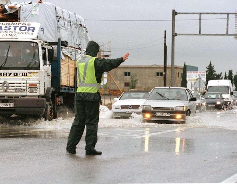 La Guardia Civil desviando el paso de turismos en la N-332. EFE