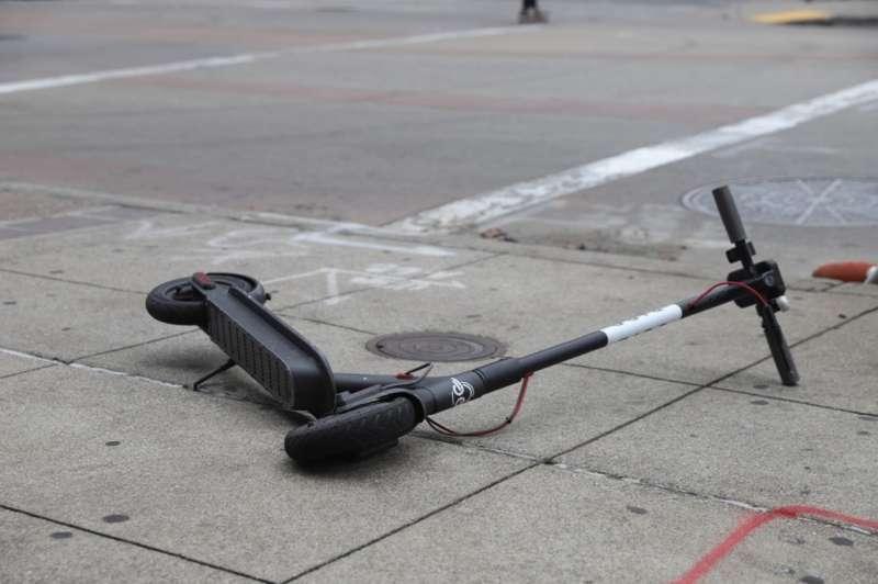Imagen de archivo de un patinete tras un accidente provocado por la colisión con un coche. EPDA