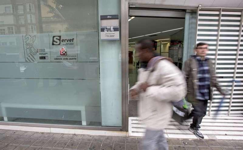 Dos hombres salen de una oficina del Servicio Valenciano de Empleo y Formación (Servef).EFE/Archivo
