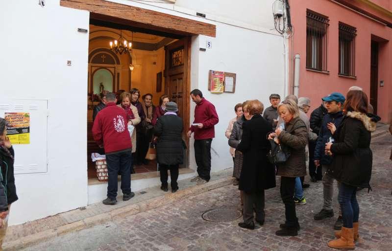Reparto de pan a las puertas de la ermita
