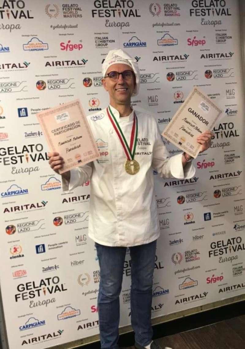 Maurizio Melani, celebrando el premio.