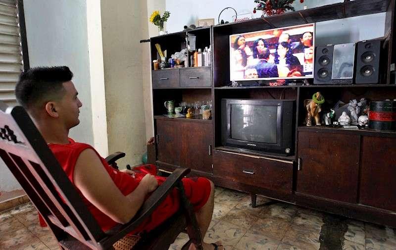 Un joven viendo la televisión. EFE/Archivo