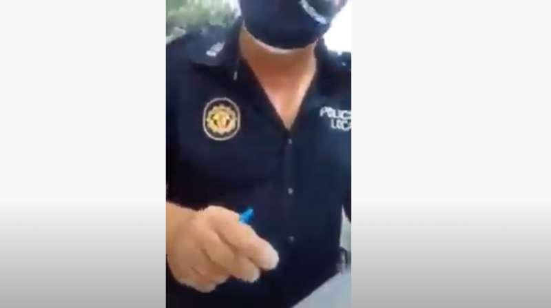 Momento del vídeo en el que el policía local de Vinaròs pide a la mujer que le acompañe para ser identificada