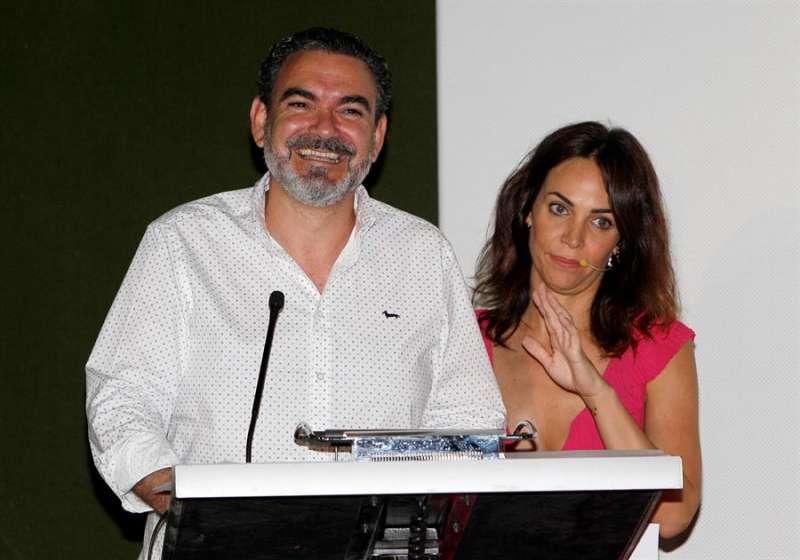 El alcalde de Alfaz del Pi, Vicente Arqués, acompañado por la actriz Nerea Garmendia, durante la gala de entrega de los premios de la pasada edición del Festival de Cine de Alfaz del Pi . EFE/MORELL/Archivo